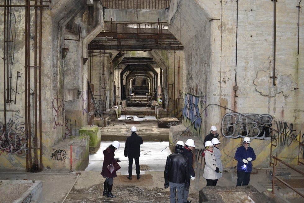 Students tour the abandoned Delaware Power Station. Photo credit: Ryan Debold/Lindy Institute.